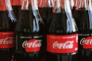 Coca-Cola оголосила, що переходить на пляшки з переробленого пластику