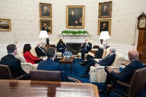 Байден обговорив з главами JPMorgan, Walmart і Gap способи швидкого порятунку економіки США