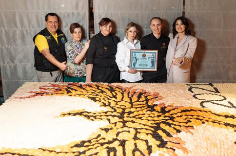 На честь Китайського Нового року шеф-кухар Fenix Asia Сергій Байсаревич разом із командою 12 лютого створили панно у вигляді птаха фенікса