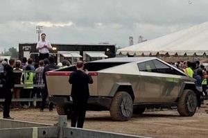 Ілон Маск продемонстрував Tesla Cybertruck на Gigafactory в Техасі