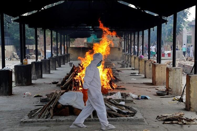 COVID-криза в Індії: крематорії розводять похоронні вогнища на автостоянках та у парках