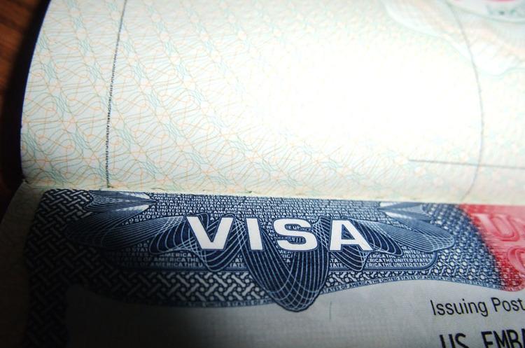 Посольство США в Москві призупинить видачу імміграційних віз