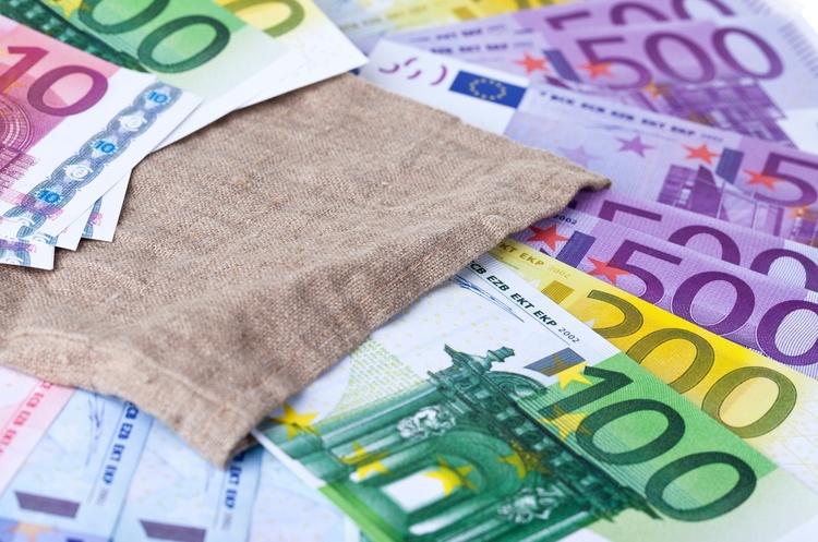 ЄС може заборонити розрахунки готівкою на суму понад 10 000 євро