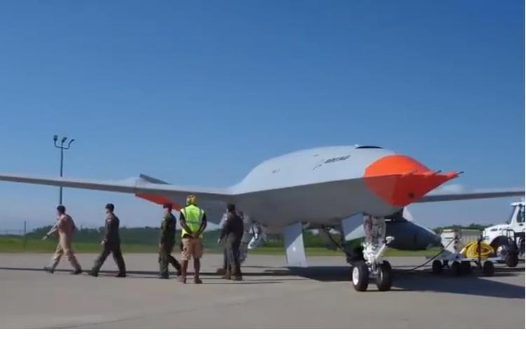 Безпілотник Boeing вперше в історії заправив літак у повітрі