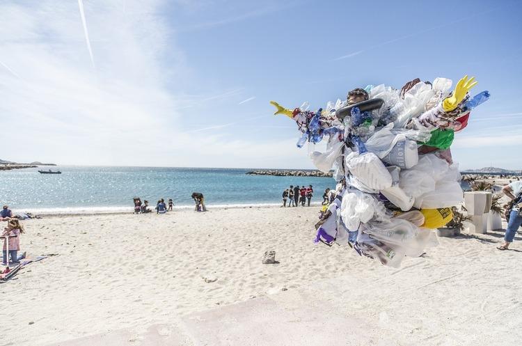 Виробництво пластика в світі знизилося в 2020 році вперше за 12 років