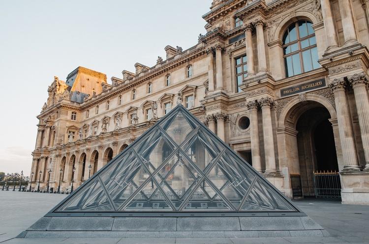 Обломки старинного здания с муралом известного украинского стрит-арт художника Евгения Зайца станут экспонатом в Лувре