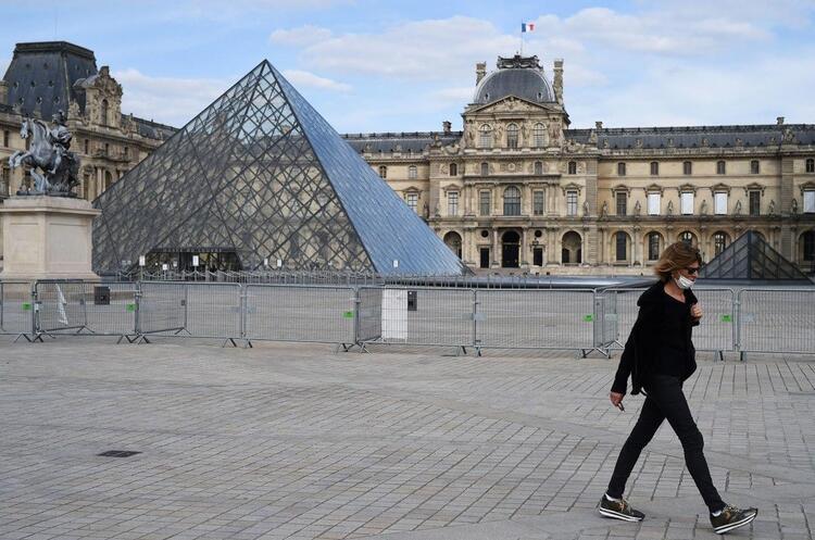 У Франції скасовують комендантську годину і носіння масок на вулиці