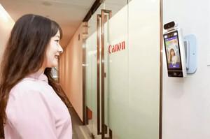 Canon перед офісом встановила камери, які пропускають тільки тих працівників, які посміхаються