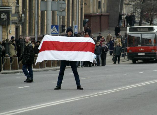 У Лукашенка хочуть визнати біло-червоний стяг та гасло «Жыве Беларусь!» «нацистськими символами»