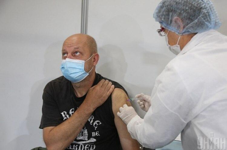 МОЗ розпочинає вакцинацію робочих колективів: як подати заявку