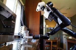 Toyota показала робота-«офіціанта», який протирає столи і подає склянки (ВІДЕО)