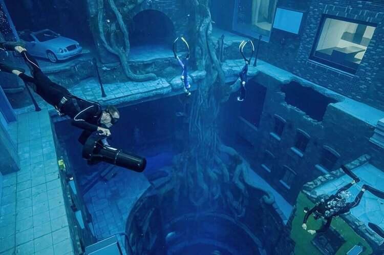 В Дубаї відкрили найглибший у світі басейн для дайвінгу з «затонулим містом» на дні (ВІДЕО)