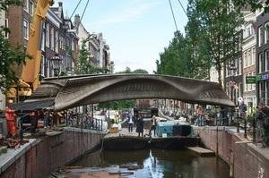 В Амстердамі відкрили перший у світі сталевий міст, надрукований на 3D-принтері