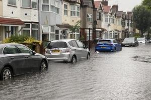 Дороги перетворились на ріки: Лондон накрила потужна злива