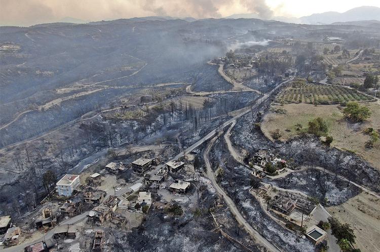 У Туреччині через пожежі масово евакуюють туристів