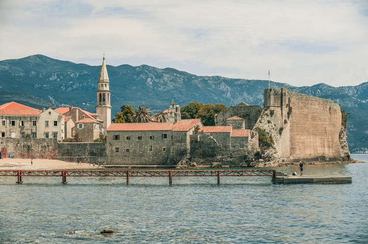 Чорногорія запроваджує обмеження на в'їзд та посилює карантин