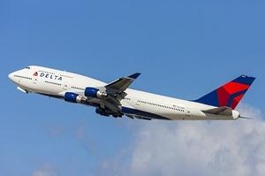 У США авіакомпанія Delta змусить невакцинованих співробітників платити щомісяця $200