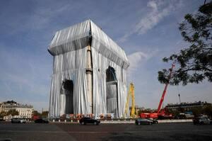 У Парижі почали огортати тканиною Тріумфальну арку: це проєкт художника Христо Явашева