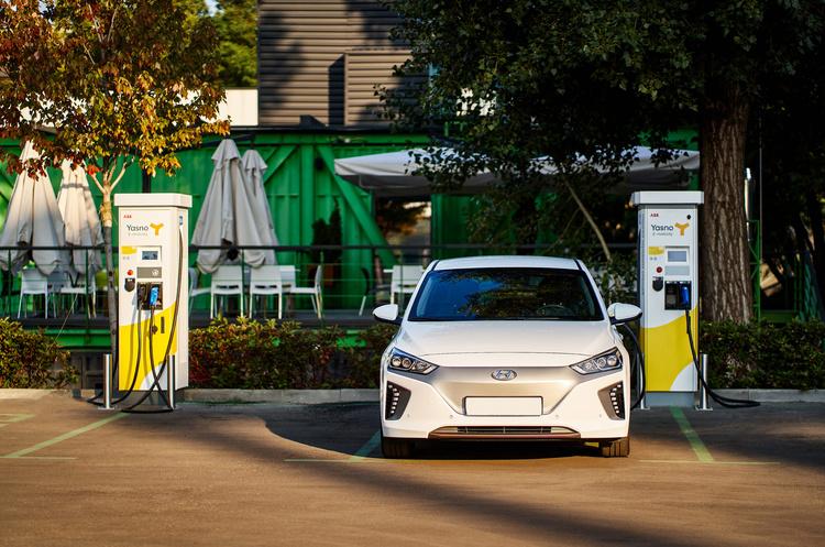 YASNO установил зарядные станции для электромобилей в UNIT.City в Киеве