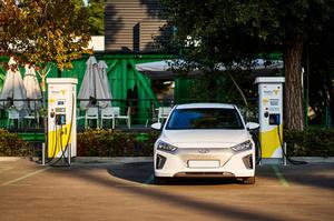 YASNO встановив зарядні станції для електромобілів у UNIT.City в Києві