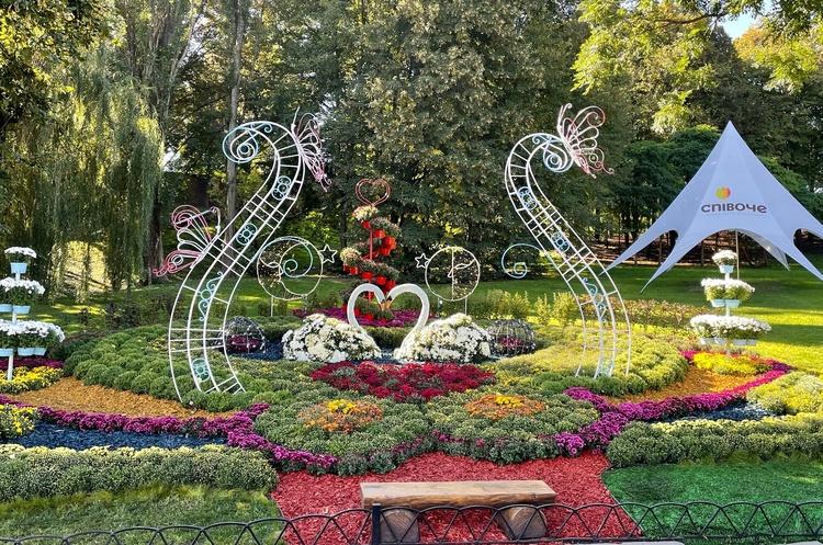 Закохані єдинороги та Купідони: в Києві відкрилась квіткова виставка для закоханих