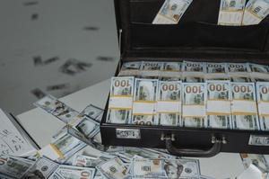 СБУ викрила схему збуту фальшивих доларів преміум'якості